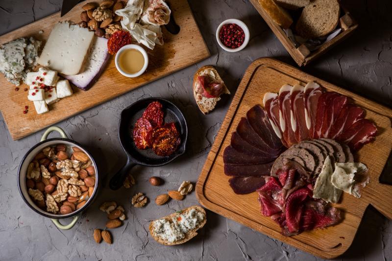 պանրի և մսի պնակներ сырная тарелка и мясное ассорти cheese and meet {latters