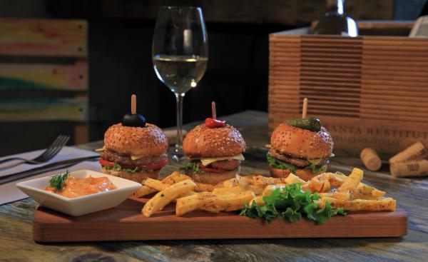 սլայդերներ մինի բուրգեր տապակած կարտոֆիլ սոուսովsliders mini burgers with french fries and sauce ресторан тапастан tapastan restaurant